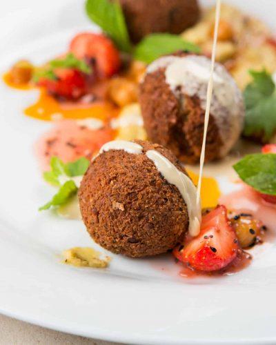 falafel mit kichererbsen, erdbeeren und minze