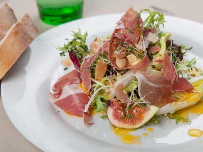 Prosciutto und Feigen auf Salat mit Weißbrot